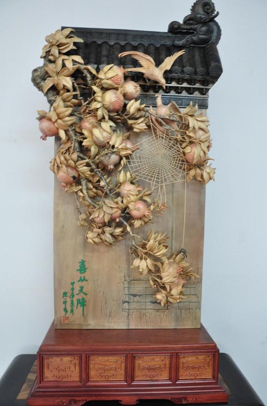 """作品属于东阳木雕中创新性的""""超写实木雕""""范畴,综合运用圆雕,半圆"""